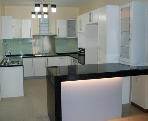 Bilik Dapur Dengan Kabinet Putih